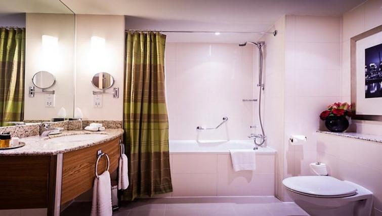 Modern bathroom in Marriott Executive Apartments Canary Wharf - Citybase Apartments