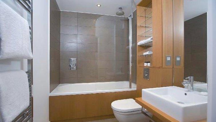 Spectacular bathroom at Oakwood Farringdon - Citybase Apartments