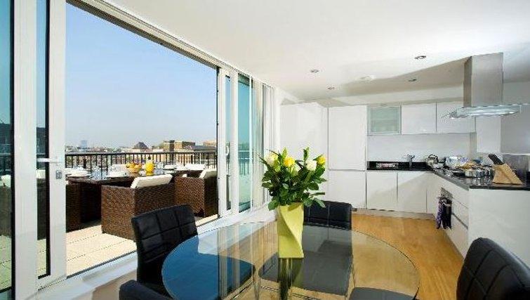 Bright living area at Oakwood Farringdon - Citybase Apartments