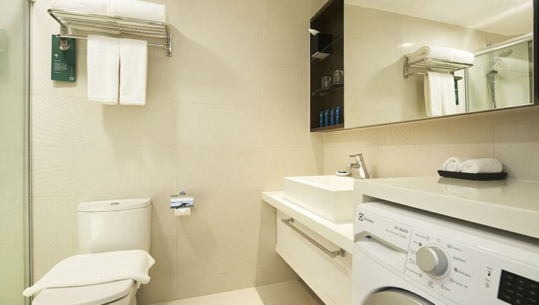 Bathroom facilities at PARKROYAL Serviced Suites Singapore - Citybase Apartments