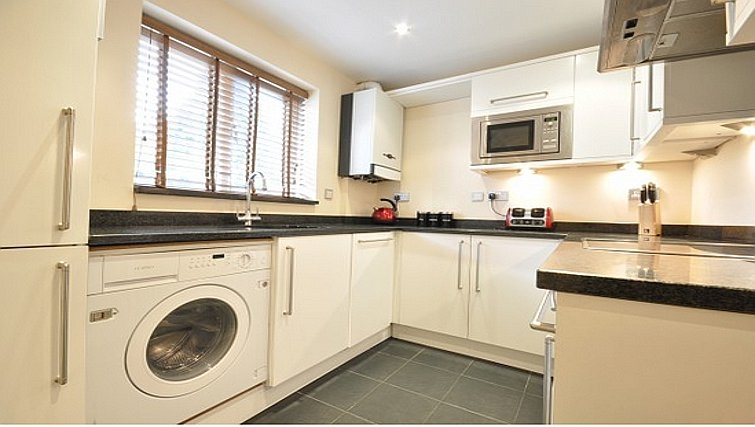 Crisp kitchen in Lower Road Apartments - Citybase Apartments