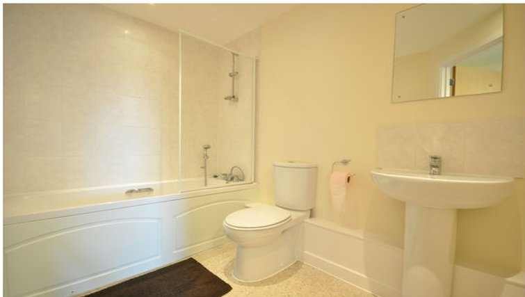 Pristine bathroom in Lower Road Apartments - Citybase Apartments