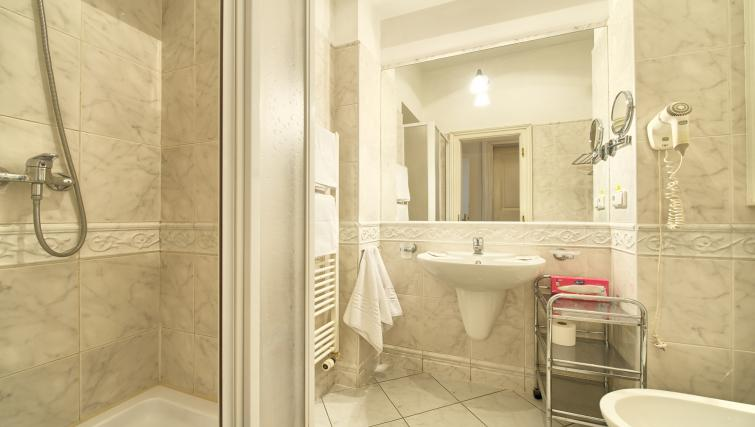 Shower room at Residence Masna Apartments - Citybase Apartments