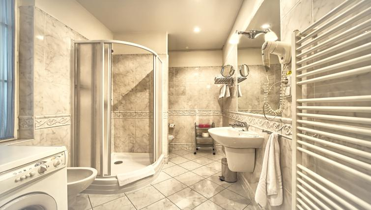 Spacious bathroom at Residence Masna Apartments - Citybase Apartments