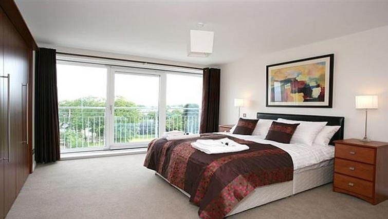 Large bedroom at Kepplestone Manor - Citybase Apartments