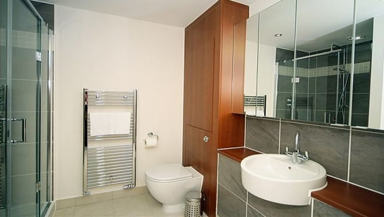 Modern bathroom at Kepplestone Manor - Citybase Apartments
