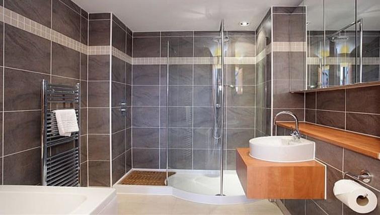 Stylish bathroom at Kepplestone Manor - Citybase Apartments