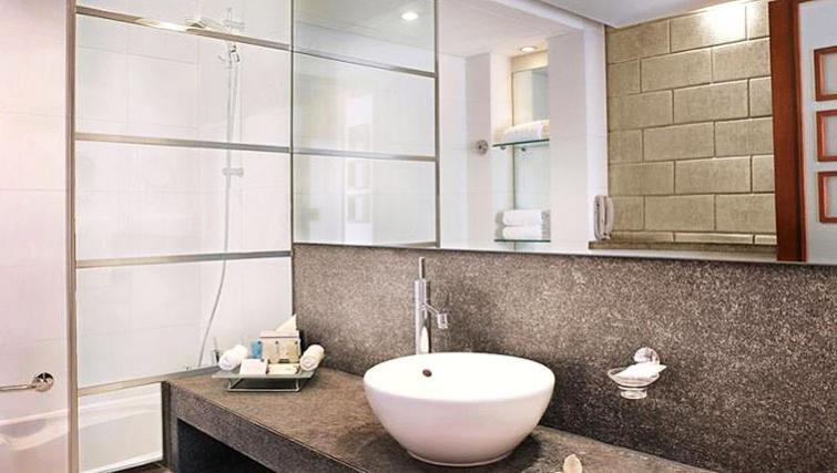 Modern bathroom at Villa Rotana Suites - Citybase Apartments