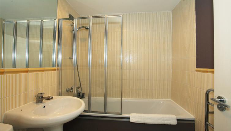 Bathroom at King Regents Place Apartments - Citybase Apartments