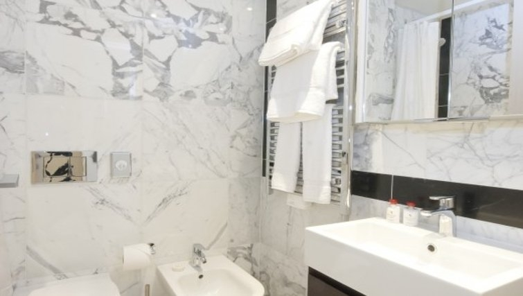Elegant bathroom in  Claverley Court Apartments - Citybase Apartments