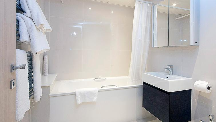Pristine bathroom in Claverley Court Apartments - Citybase Apartments