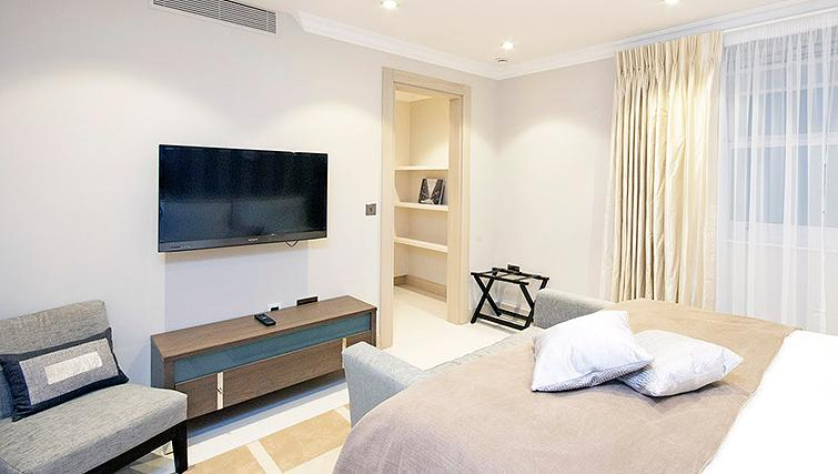 Large bedroom at Claverley Court Apartments - Citybase Apartments