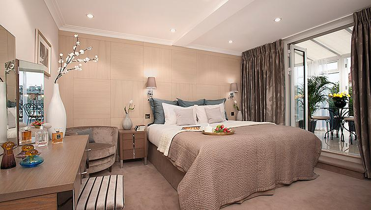 Opulent bedroom at Claverley Court Apartments - Citybase Apartments