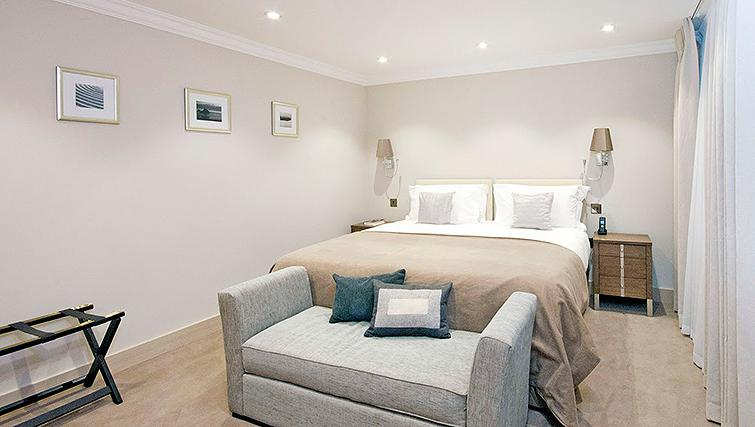 Peaceful bedroom in Claverley Court Apartments - Citybase Apartments