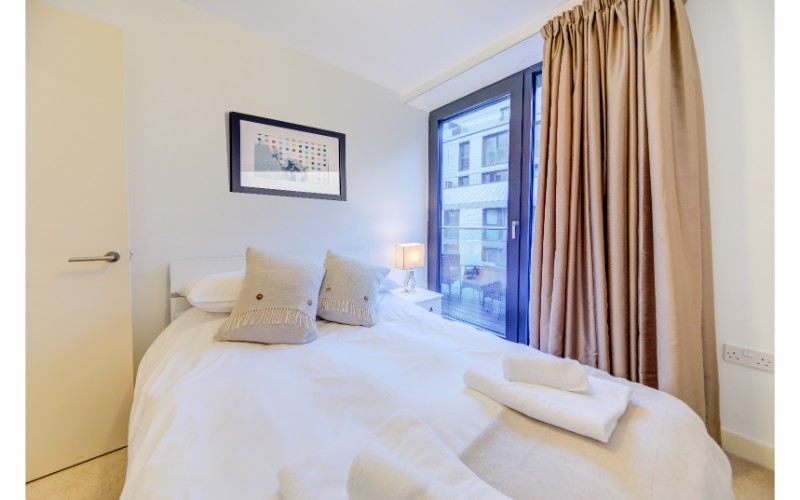 Cosy bedroom at Finzels Reach Apartments - Citybase Apartments