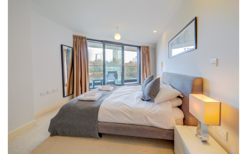Modern bedroom at Finzels Reach Apartments - Citybase Apartments