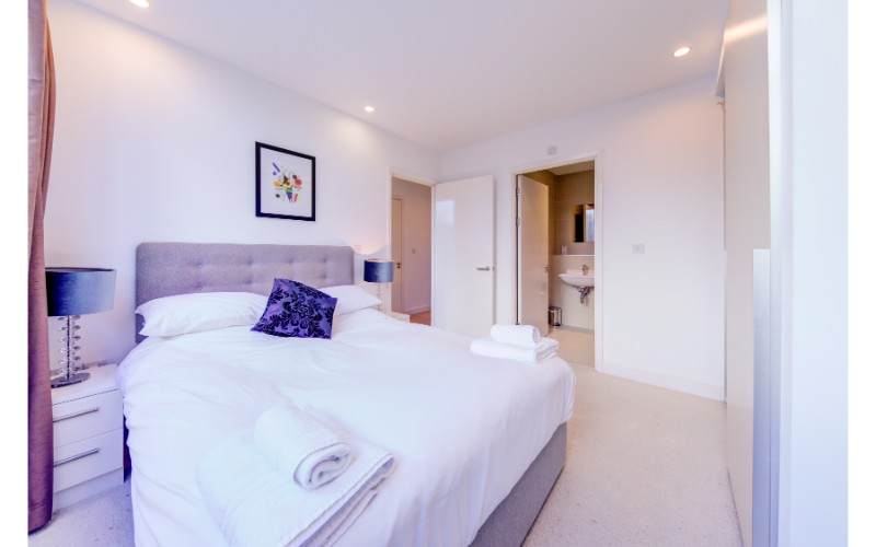Grand bedroom at Finzels Reach Apartments - Citybase Apartments