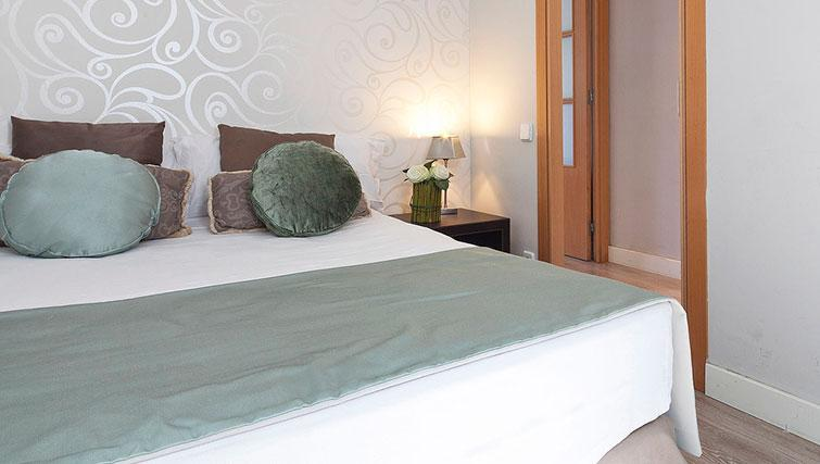 Bed at Grandom Suites Barcelona - Citybase Apartments