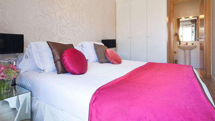 Double bedroom at Grandom Suites Barcelona - Citybase Apartments