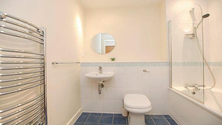 Main bathroom at Fairfax Street Apartments - Citybase Apartments