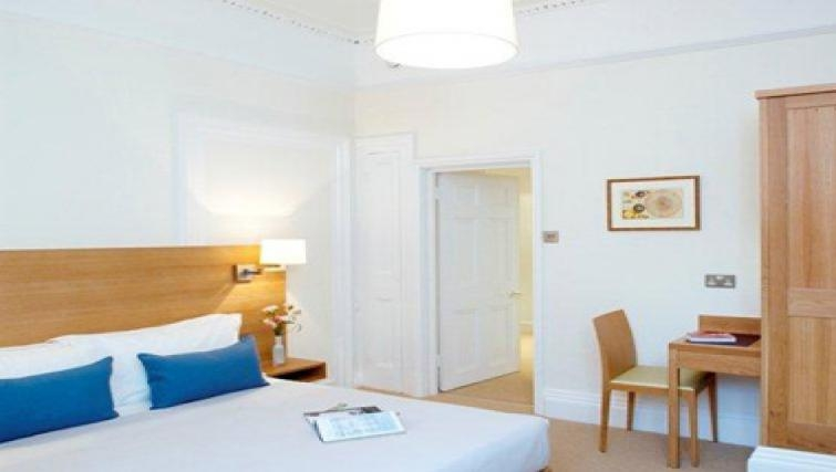 Cosy bedroom in Doughty Street - Citybase Apartments
