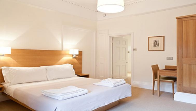 Simple bedroom in Doughty Street - Citybase Apartments