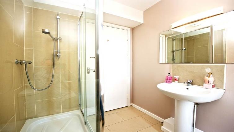 Immaculate bathroom in Staycity Dublin Millennium Walk - Citybase Apartments