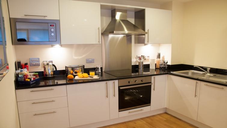 Bright kitchen at Clarendon Lanterns Court - Citybase Apartments