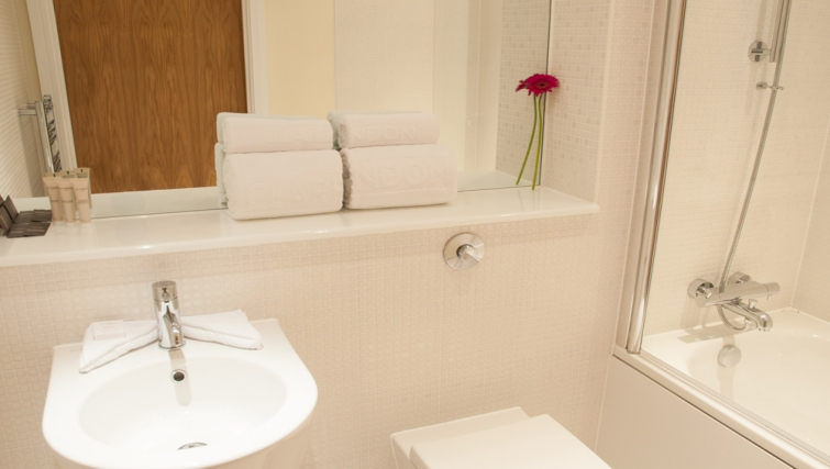Pristine bathroom at Clarendon Lanterns Court - Citybase Apartments
