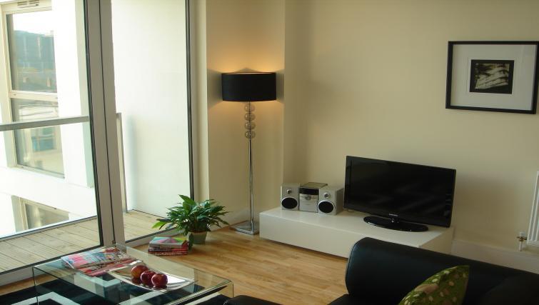 Living roomat Clarendon Lanterns Court - Citybase Apartments
