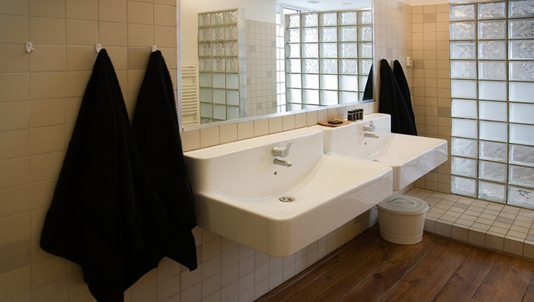 Modern bathroom at Rooftop Suites - Citybase Apartments