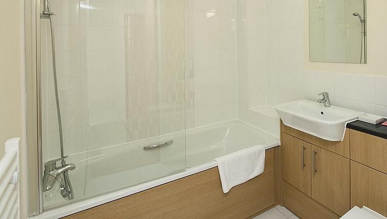 Shimmering bathroom in Equinox Place - Citybase Apartments