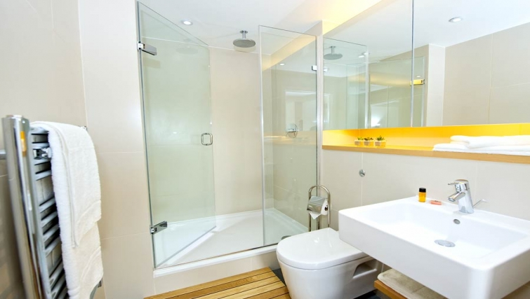 Modern bathroom in Staycity London Heathrow - Citybase Apartments