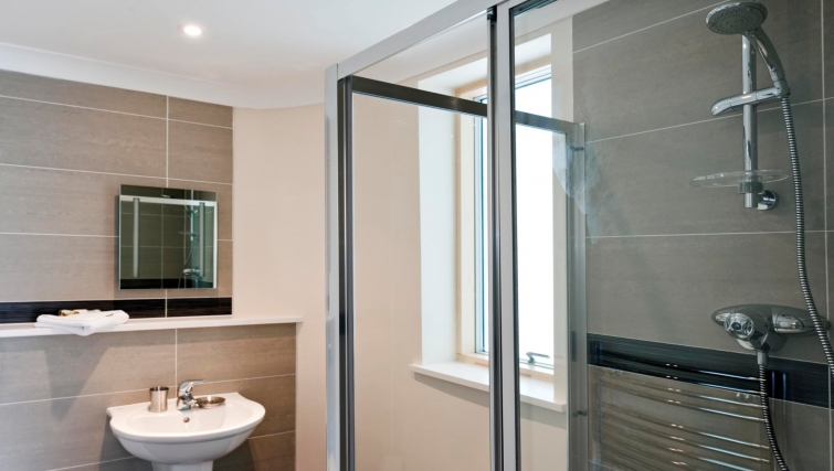Quality bathroom in Byron House Apartments - Citybase Apartments