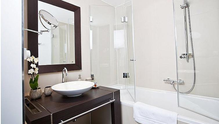 Modern bathroom in Goodmans Living Apartments - Citybase Apartments