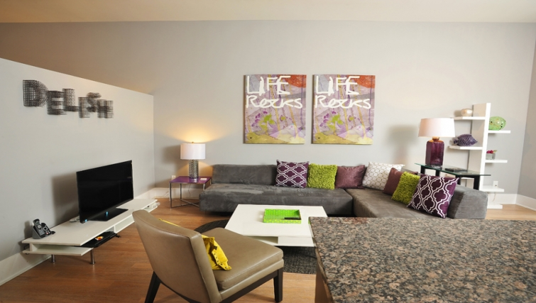 Tasteful living area in 120 Homewood Apartments - Citybase Apartments