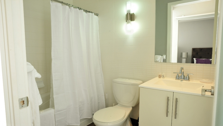Ideal bathroom in 120 Homewood Apartments - Citybase Apartments
