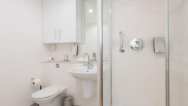 Pristine bathroom in Premier Suites Plus Cabot Circus - Citybase Apartments