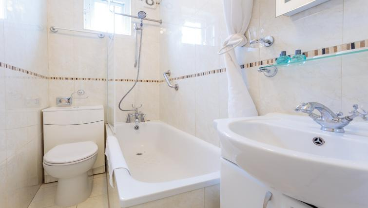 Main bathroom at Castletown House - Citybase Apartments