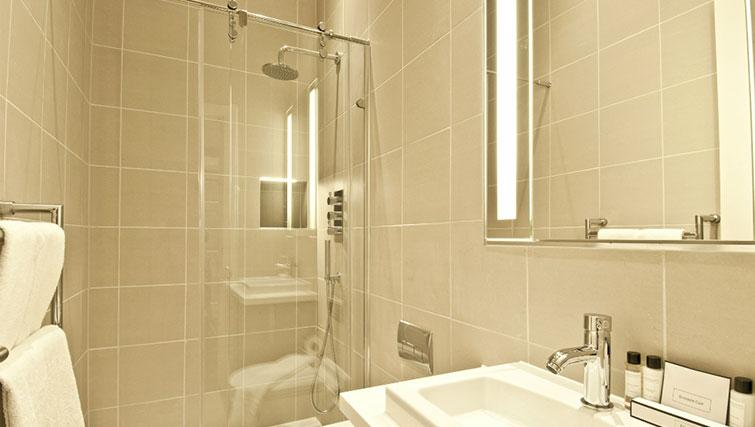 Immaculate bathroom in Native Cannon Street Apartments - Citybase Apartments