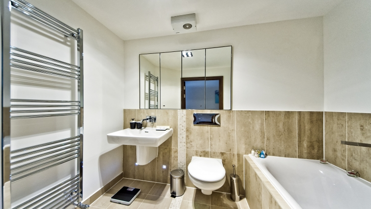 Stylish bathroom in Kings Island Apartments - Citybase Apartments