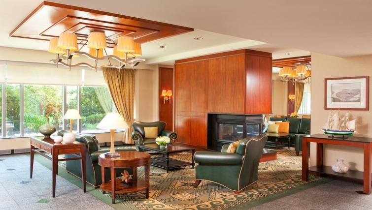 Spacious communal lounge in Residence Inn Boston Harbor on Tudor Wharf - Citybase Apartments