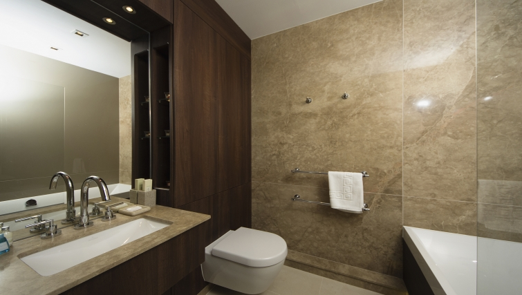 Pristine bathroom in Kew Bridge Piazza Apartments - Citybase Apartments