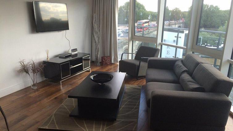 Living area at Kew Bridge Piazza Apartments - Citybase Apartments
