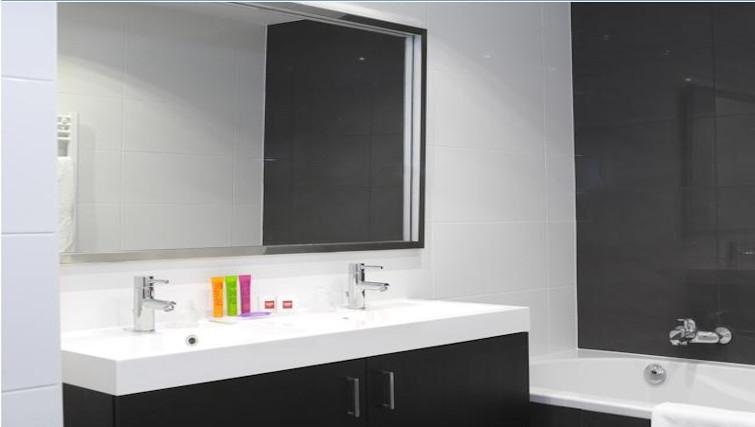 Pristine bathroom in Thon Residence EU - Citybase Apartments