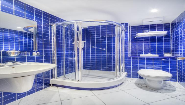 en suite bathroom at Holyrood Aparthotel - Citybase Apartments