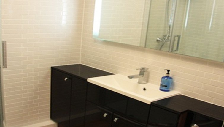 Modern bathroom in Bridge Apartments - Citybase Apartments