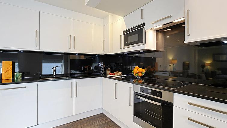 Modern kitchen in Ashburn Court Apartments - Citybase Apartments