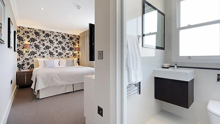 Bedroom with en suite at Ashburn Court Apartments - Citybase Apartments