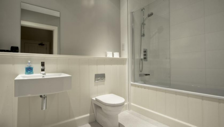 Pristine bathroom in Q Residence Apartments - Citybase Apartments